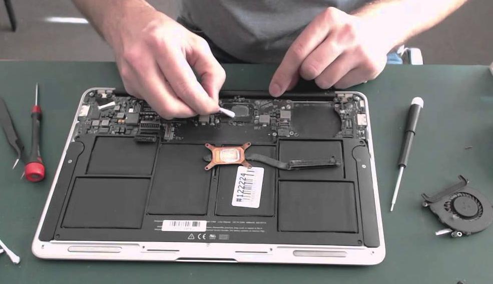 Trucuri despre cum să iţi cureţi tastatura laptopului folosind doar produse la îndemană